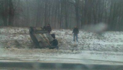 Au sărit la nevoie. Mai mulți moldoveni au întors o mașină care căzuze în șanț pe un drum din România