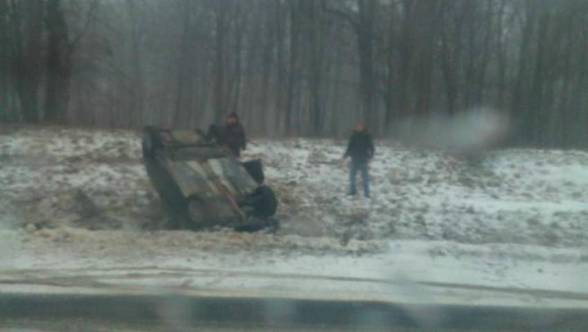 Foto: Au sărit la nevoie. Mai mulți moldoveni au întors o mașină care căzuze în șanț pe un drum din România