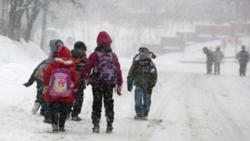 Foto: Peste 130 de elevi din mai multe raioane ale țării nu au putut ajunge azi la școală din cauza ninsorii