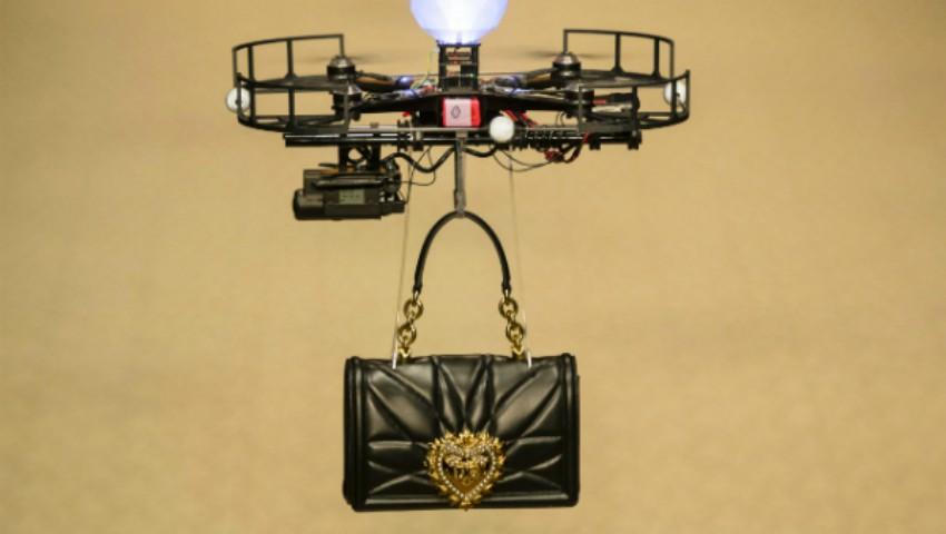 Foto: Un show de excepție! Dolce & Gabbana și-a prezentat gențile pe podium cu ajutorul dronelor