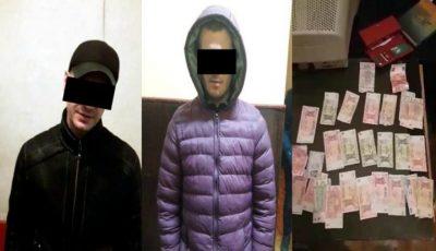 Atenție la hoții de buzunare în transportul public! Doi tineri au fost reținuți pentru furt