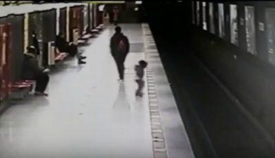 A scăpat ca prin minune! Un copil a fost salvat după ce a căzut pe șinele de metrou într-o stație din Milano