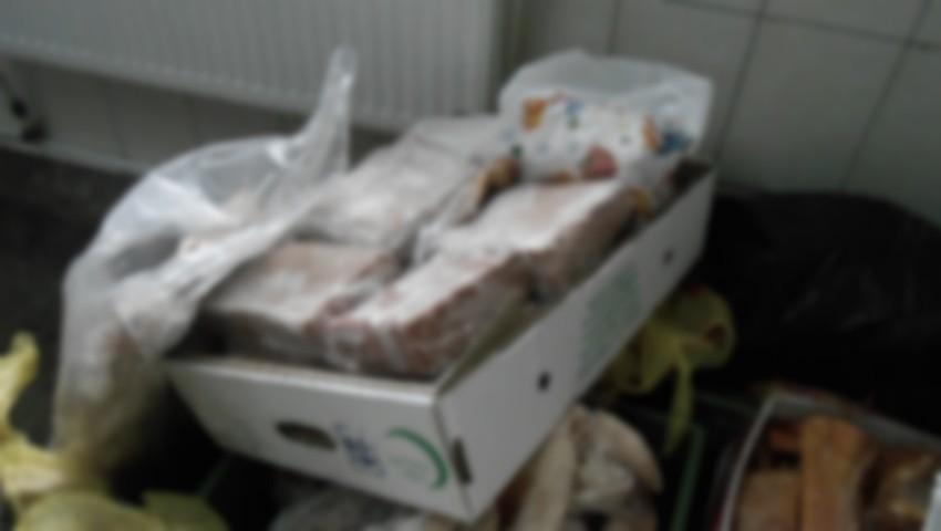 Revoltător! Peste 1.500 de kilograme de carne stricată au fost depistate la o fabrică de mezeluri