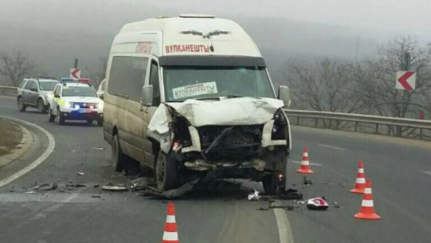 Foto: Accident violent la Hâncești cu implicarea unui microbuz de rută