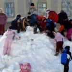 Foto: O fetiță de 3 ani a murit înghețată la o gradiniță, după ce educatoarea ar fi uitat-o afară