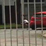 Foto: Video! O mamă își abandonează fiica în mijlocul drumului, în ciuda strigătelor disperate ale copilei