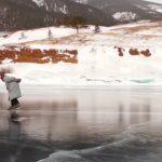 Foto: Senzațional! O bătrânica de 76 de ani din Rusia patinează zilnic pe lacul Baikal
