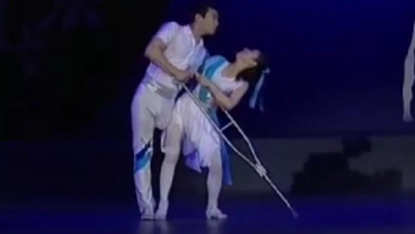 Foto: Video emoționant. Un gimnast cu piciorul amputat cucerește audiența alături de tânăra sa balerină