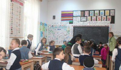 Fără teme după școală. Elevii din clasele primare ar putea scăpa de temele pentru acasă