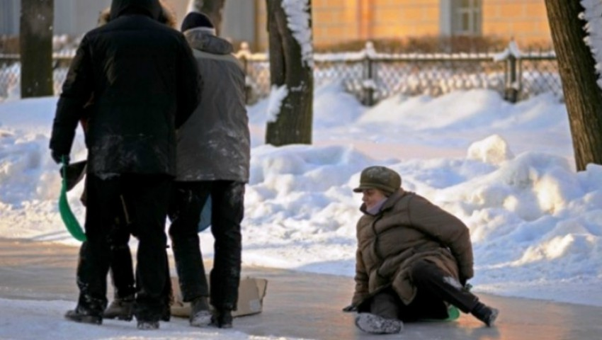 Foto: Peste 100 de persoane au suferit traumatisme din cauza ghețușului