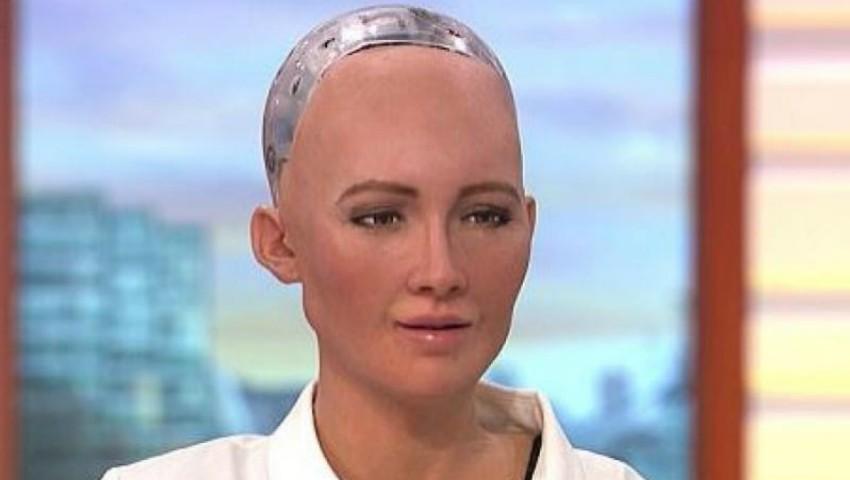 Cristiano Ronaldo s-a întâlnit cu robotul Sophia. Vezi despre ce au discutat cei doi!