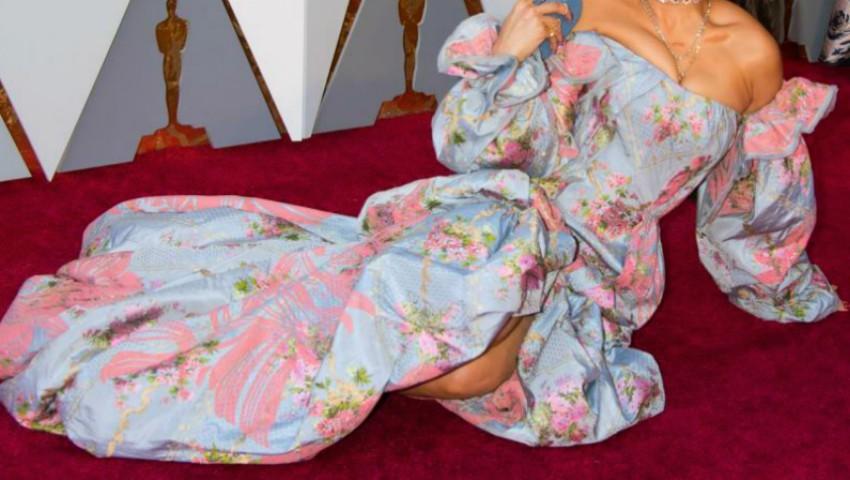 Foto: O celebră artistă s-a întins pe covorul roșu la Gala Premiilor Oscar 2018!