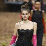 Foto: Chanel și-a prezentat colecția într-o mare pădure întunecată
