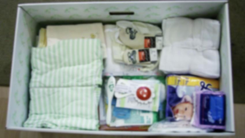 """Foto: Din 1 iunie, nou-născuții ar putea primi cadou ,,cutia bebelușului"""". Ce va include setul?"""