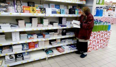 Impresionant! O bunicuță merge zilnic într-un magazin ca să citească