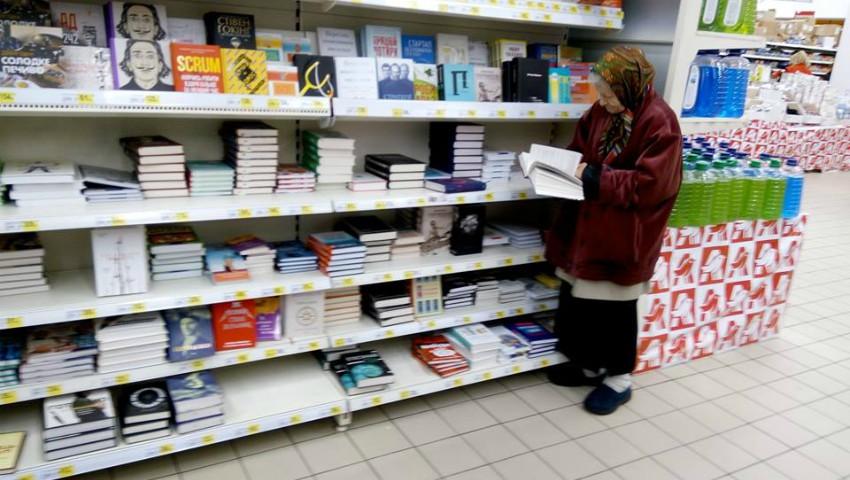 Foto: Impresionant! O bunicuță merge zilnic într-un magazin ca să citească