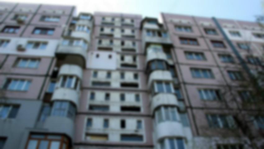 Foto: O adolscentă de 14 ani s-a aruncat în gol de la etajul opt al unui bloc de locuit