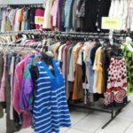 Foto: Specialiștii avertizează: hainele la mâna a doua pot fi periculoase, mai ales pentru copii