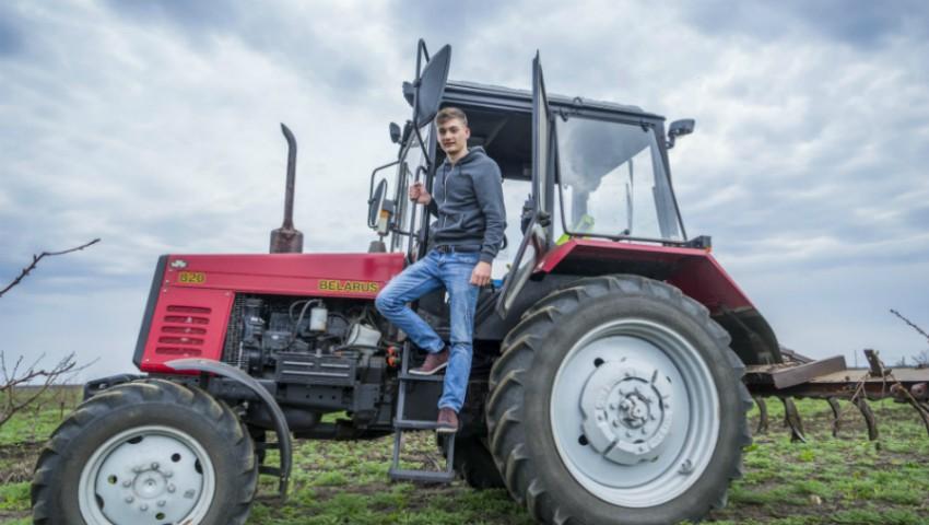 Un student din Ștefan Vodă și-a cumpărat tractor, pe bani europeni