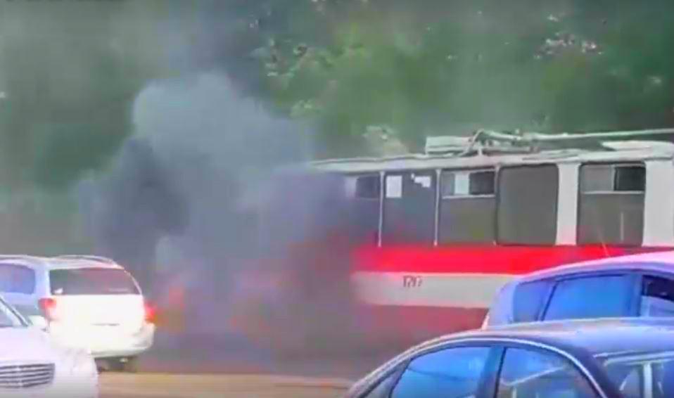 Un troleibuz din Capitală a luat foc în mers! Video