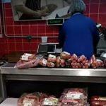 Foto: Video! O angajată a unui magazin a fost filmată în timp ce schimba etichetele cu termenul de valabilitate al produselor