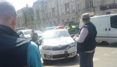 O mașină de poliție a fost implicată într-un accident rutier în centrul Capitalei