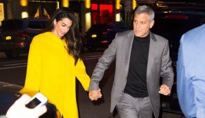 Amal Clooney a ieșit la plimbare cu unul dintre gemeni. Vezi cu cine seamănă micuțul