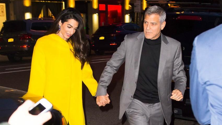 Foto: Amal Clooney a ieșit la plimbare cu unul dintre gemeni. Vezi cu cine seamănă micuțul