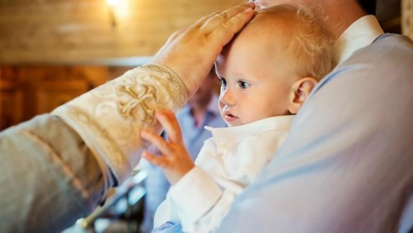 Foto: Mesajul unui preot către mamele care își lasă copiii în grija bonelor