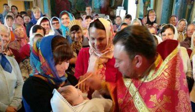 Video! Preotul Maxim Melinti și-a botezat fiul în fața tuturor credincioșilor din biserică