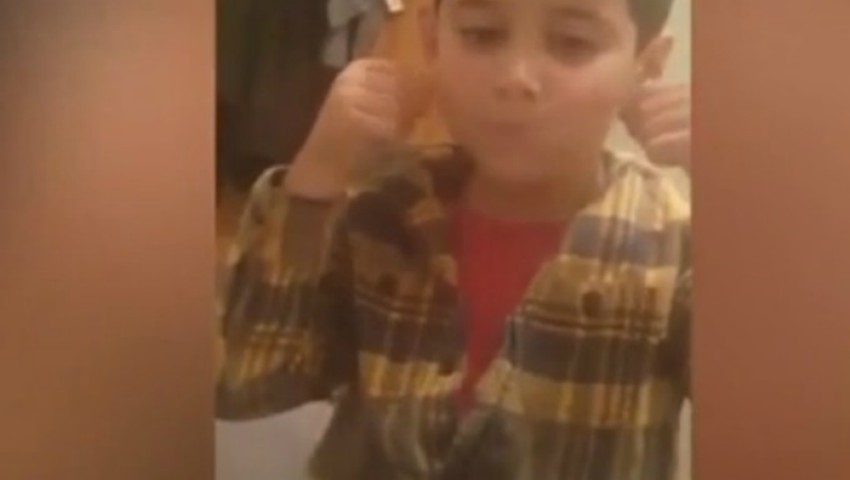 Foto: O profesoară i-a lipit unui copil bandă adezivă pe gură și i-a aruncat prânzul la gunoi