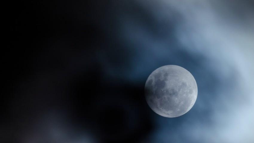 Foto: Luna albastră, fenomenul astrologic rar pe care îl poți vedea în această noapte