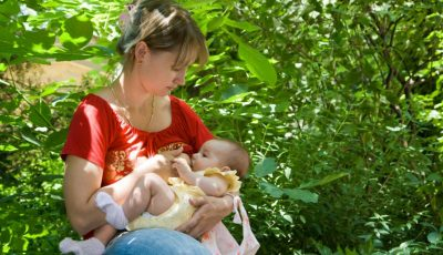 Mamele au voie să își alăpteze în public copiii cu vârsta de până la 2 ani