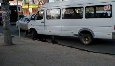 Accident rutier în Capitală cu implicarea unui microbuz de linie