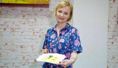 Rețeta copilăriei: Sos alb cu piept de pui și mămăligă de la Radmila Popovici