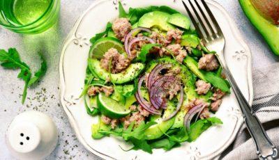 Salata cu ton, avocado și rucola