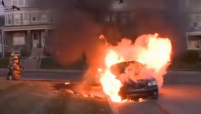 Foto: Automobil în flăcări. O mașină parcată în curtea unui bloc din Capitală a luat foc