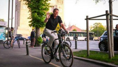 Președintele României a mers cu bicicleta la serviciu