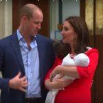 Foto: Ce i-a spus prințul William la ureche lui Kate Middleton, în momentul în care au ieșit cu copilul în fața spitalului?
