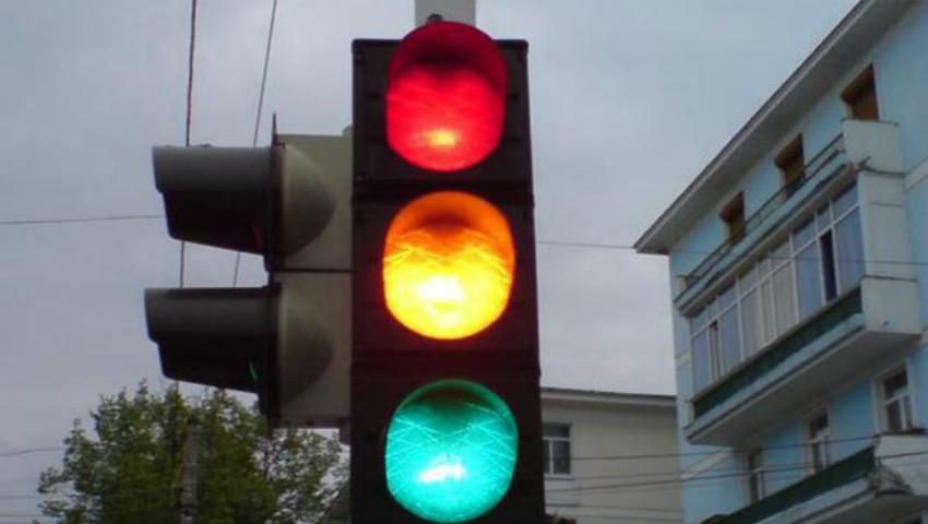 Foto: În Ucraina, va fi eliminată culoarea galbenă a semafoarelor. Care este motivul?