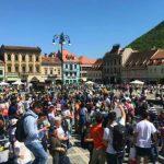 """Foto: Orașul Brașov va intra în Cartea Recordurilor pentru ,,Cel mai mare lanţ de oameni care citesc"""""""