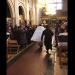 Foto: Video viral. Un preot a urcat pe trotinetă la slujba de Înviere