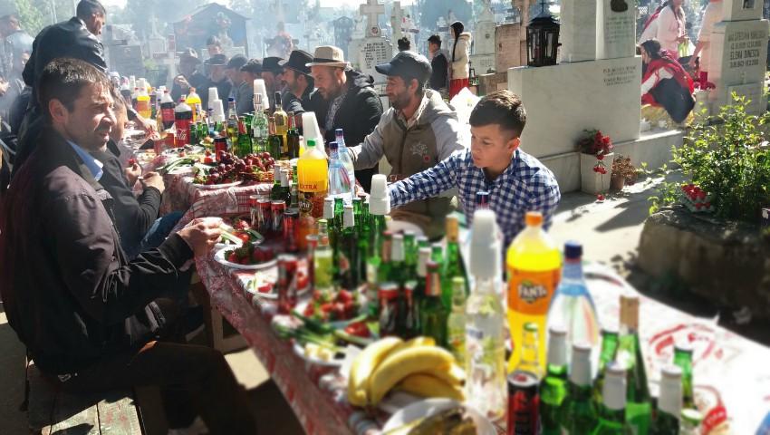 """Foto: Și-au luat de acasă mese, scaune și pungi pline cu mâncare, pentru a-i pomeni ,,cum se cuvine"""" pe cei morți"""