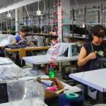 Foto: Condiții inumane de muncă și salarii mizere, în spatele hainelor de brand internaționale fabricate în Moldova