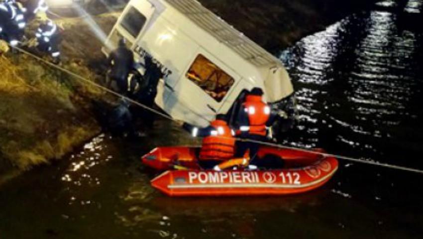 Foto: România: Un microbuz a căzut într-un râu, de pe un pod. Șapte morți și doi dispăruți