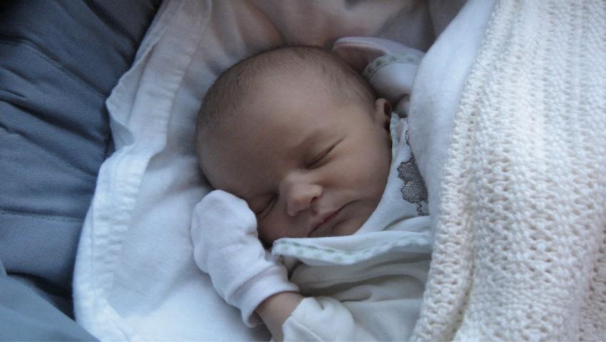 Foto: Un bebeluș s-a născut la 4 ani după ce părinții săi și-au pierdut viața într-un accident de mașină. Cum a fost posibil?