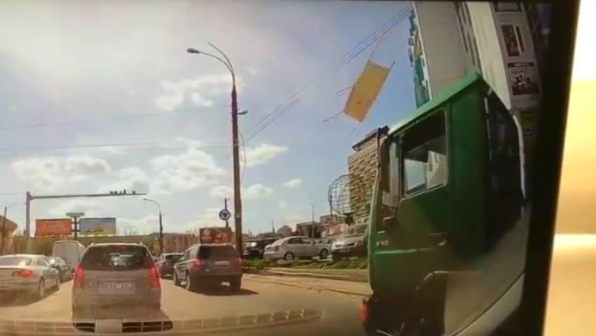 Foto: Video! Momentul în care acoperișul unei terase dintr-un centru comercial cade peste mașinile din parcare