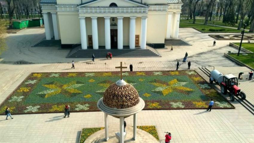 Foto: În Scuarul Catedralei din Chișinău a fost amenajat un covor din flori moldovenesc