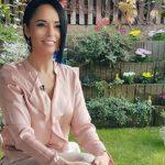 Foto: Andreea Marin a pozat desculță și fără pic de machiaj, în grădina casei sale