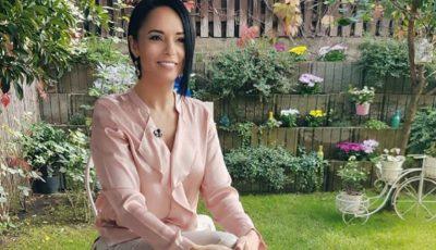 Andreea Marin a pozat desculță și fără pic de machiaj, în grădina casei sale